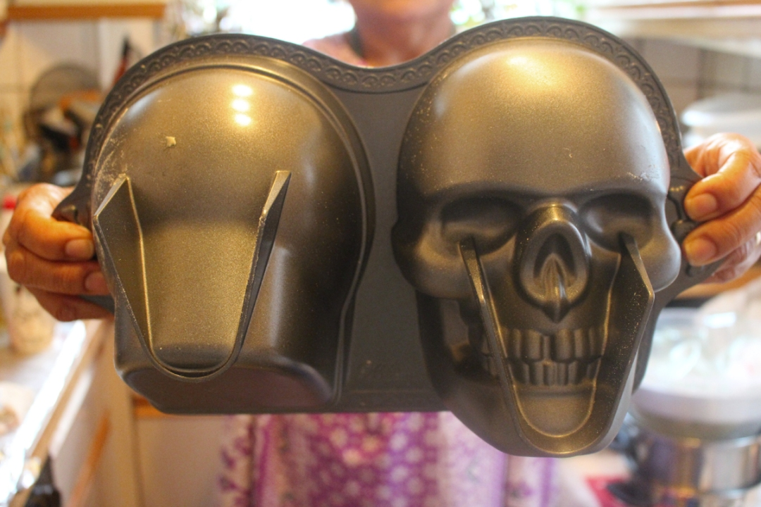 Wilton Dimensions, 3D Skull Pan-Junesees.wordpress.com-Birthday-Skull-Cake-78