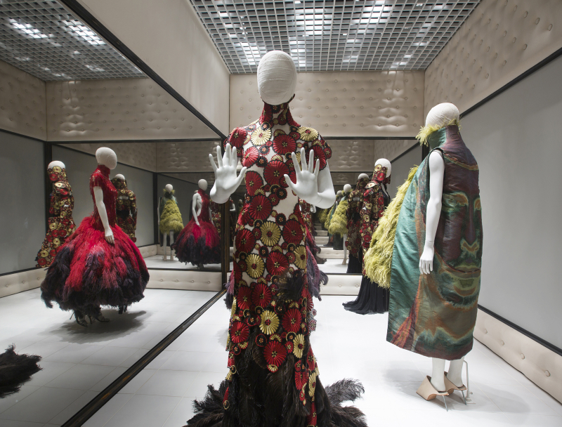 8._Installation_view_of_Voss_Alexander_McQueen_Savage_Beauty_at_the_VA_c_Victoria_and_Albert_Museum_London